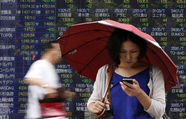 Nikkei edges lower; Fast Retailing's gains limit losses